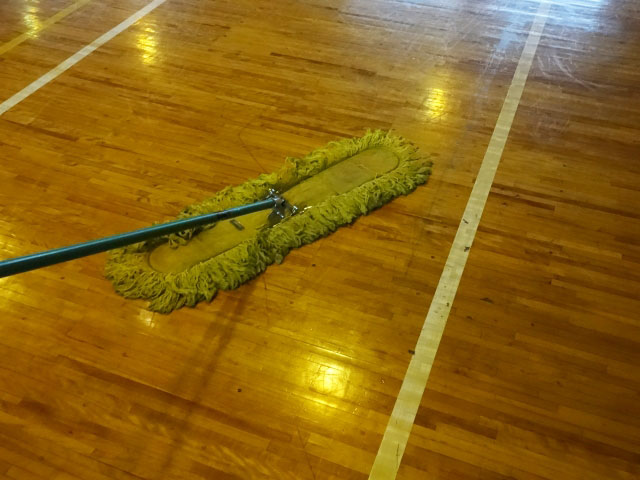 体育館スポーツフロアの日常清掃